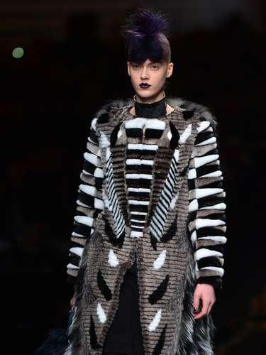A grife levou gandes casacos com modelagens cheias de recortes para a passarela