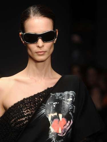 Algumas modelos pisaram na passarela com óculos escuros pretos