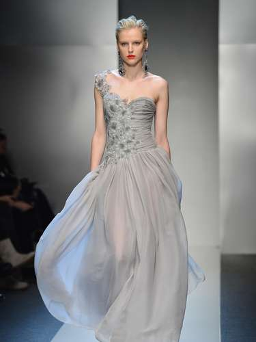 Para os vestidos de noite a grife preferiu tecidos leves