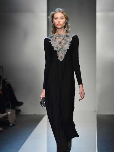 A sensualidade da coleção foirepresentada pelas blusas de renda evestidos levescom aplicações artesanais