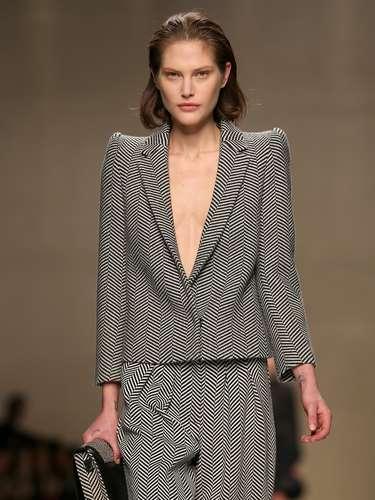 A Blumarine apresentou uma coleção diversificada. Conjunto de calça com blazer de ombros bastante estruturados apareceu na passarela