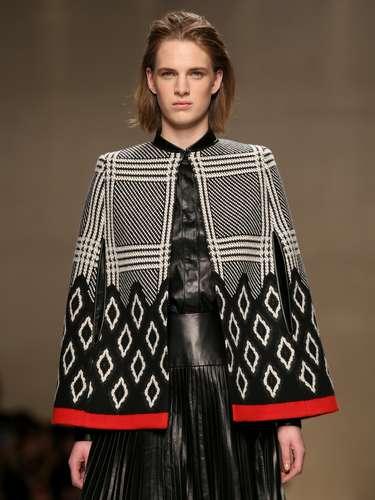 A marca também propôs a mistura entre o vestido em couro com poncho estruturado, mas de ar mais rústico