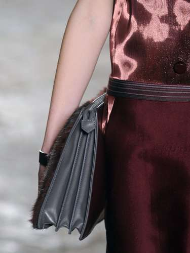 A bolsa de mão estilo pasta também apareceu no desfile da Gabriele Colangelo