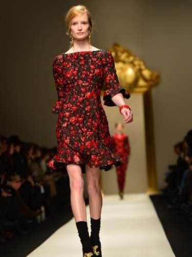 As cores mais vibrantes surgiram neste vestido, com babados discretos nas mangas e barra
