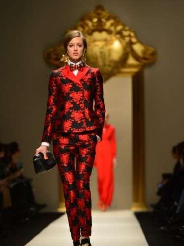 O vermelho apareceu novamente combinado ao preto em conjunto de calça e blazer