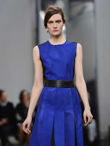 A Sportmax também apostou na diversidade e levou looks femininos, como o vestido de saia pregueada e cintura marcada