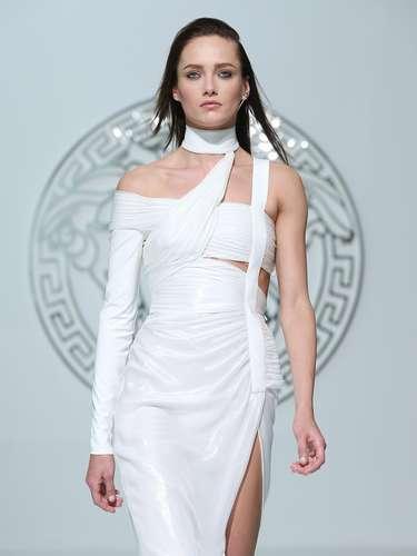 Vestido tem manga longa de um lado só, espécie de top tomara-que-caia e fenda