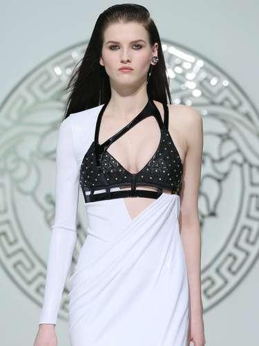 Contraste entre vestido branco de manga única e top preto de couro