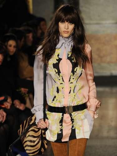 A marca levou blusas de seda com estampa de lenço para a passarela