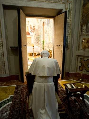 O Papa Bento XVI se ajoelha em oração, no final de um retiro de uma semana espiritual