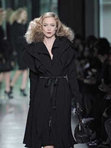 A modelo brasileira Raquel Zimmermann desfilou com exclusividade para a grife e foi escolhida para abrie e fechar a apresentação
