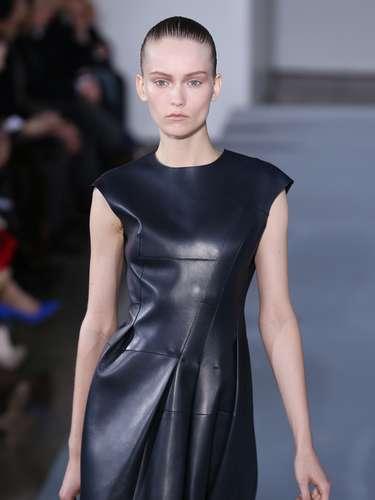 O couro, como já virou costume nessa semana de Milão, apareceu também no desfile da Jil Sander