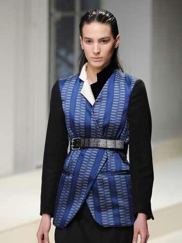 Até mesmo o casaco mais estruturado foi ornamentado com o cinto