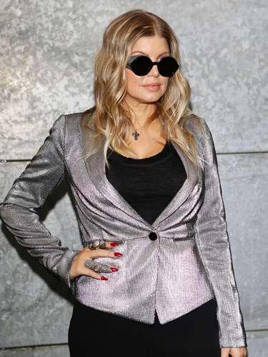 Fergie foi uma das famosas que prestigiou o desfile da Emporio Armani, durante a semana de moda de Milão neste domingo (24)