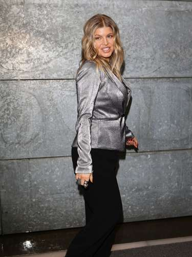 Para o evento, Fergie apostou em blazer em tecido metalizado e calça preta