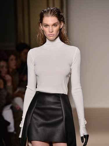 A Genny apresentou sua coleção na semana de Milão neste domingo (24) e levou uma saia de couro justa com uma espécie de mullet