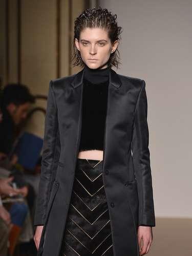Os casacos estruturados e o efeito metálico discreto também fizeram parte da coleção