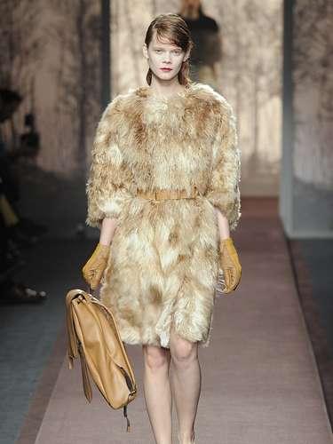 Em vez de levar apenas casacos de pele, a Marni apostou em vestido de pele, com a cintura marcada