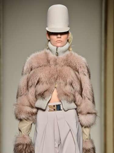 O casaco de pele e o chapéu apareceram também na coleção da Sergei Grinko