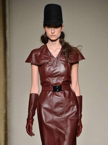 O couro, figurinha carimbada na semana de moda de Milão, apareceu mais uma vez em formato de vestido