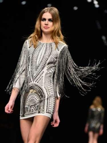 Os vestidos da coleção são justíssimos e minis, as botas longuíssimas completam o look