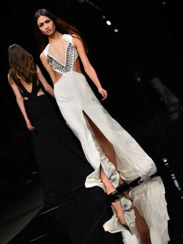 O estilista propôs longos vestidos em tecidos finos, que ora deixavam à mostra os ombros e ora parte da barriga, graças a alguns recortes estratégicos