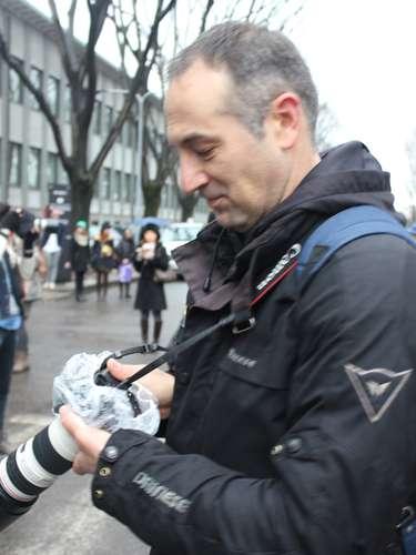 O fotógrafo precisou improvisar com uma touca de cabelo para proteger a máquina fotográfica da chuva