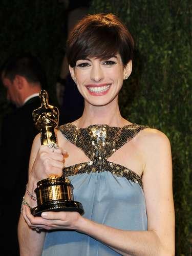Anne Hathaway e seu Oscar de melhor atriz coadjuvante, faturado pelo trabalho em 'Os Miseráveis'
