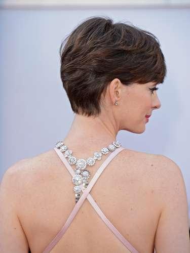 Anne Hathaway - Olhando do lado de trás, as alças transpassadas e o colar que cai pelas costas, como fez Jennifer Lawrence, dão uma movimentada no look, apesar de competirem entre si.