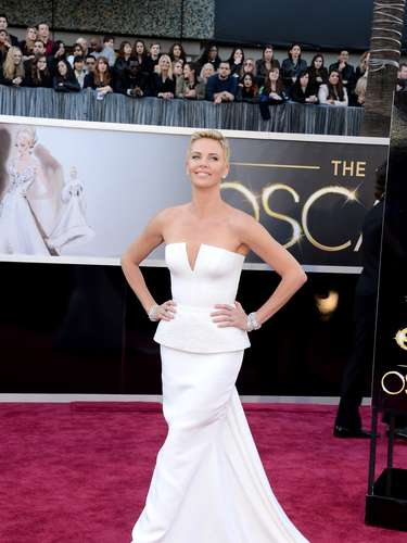 Charlize Theron - Até como a rainha má, seu papel em Branca de Neve e o Caçador, Charlize Theron não perde a classe, a elegância e a beleza (desculpe, espelho meu, mas ela era mais bonita que a própria Branca de Neve, vivida por Kristen Stewart). No tapete vermelho do Oscar, com o cabelo estilo Joãozinho, optou por um Christian Dior Couture , com a cintura levemente peplum e saia reta que termina emuma cauda. Sim, ela é uma das mais lindas do reino, sempre.