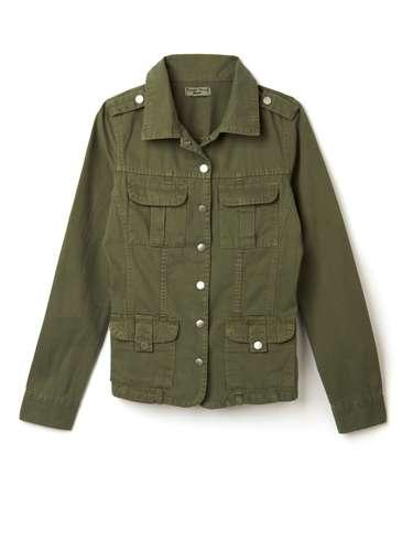 Jaqueta de sarja verde-militar, da Marisa. Preço: R$ 89,99. Informações: 4004-2211 (capitais) e 0800-7281122 (outras localidades)