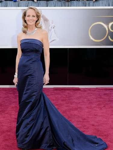 Helen Hunt - A atriz Helen Hunt resolveu apostar na linha Hi-Lo. Escolheu um vestido da rede de lojas fast fashion H&M e joias Martin Katz, estimadas em US$ 150 mil, segundo a revista Vanity Fair. Está linda no modelo azul-marinho, também com cauda. Pena que o tecido amassa fácil.