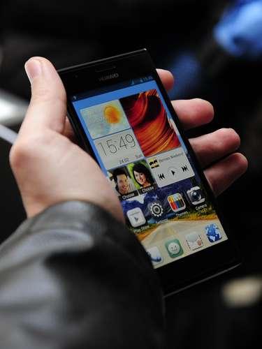 A Huawei mostrou o smartphone Ascend P2, apresentado como o mais rápido do mundo, já que é  é capaz de fazer download de conteúdo na rede 4G de 150 Mbps. O aparelho tem NFC, tela de 4,7 polegadas, velocidade de upload de 520 Kbps, tecnologia sensível na tela até mesmo ao uso de luvas e câmera de 13 megapixels