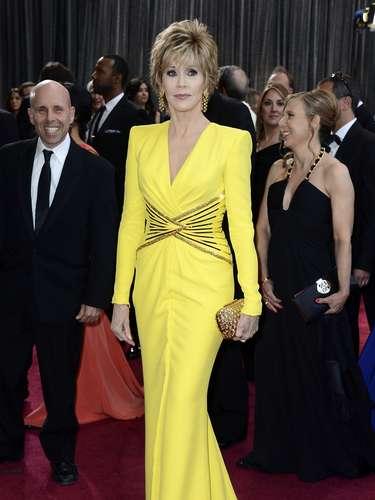 Jane Fonda - O amarelo não é uma cor fácil, mas Jane Fonda, de 75 anos, pode. Com corpo em forma, a atriz escolheu um Versace seco, com detalhes dourados na cintura que fazem ficar mais fina. Mangas compridas e decote V. Certíssima.