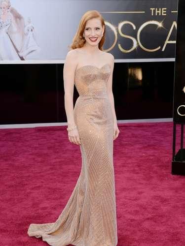Jessica Chastain - Jessica Chastain está perfeita em um Armani nude, cujos detalhes diagonais valorizam sua silhueta. A cor combina com sua pele e cabelo, que usa solto. Para acender o look, o batom vermelho caiu como uma luva.
