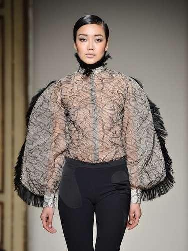 O jovem estilista Cristiano Burani fechou o penúltimo dia de desfiles, nesta segunda-feira chuvosa (25), durante a semana da moda de Milão