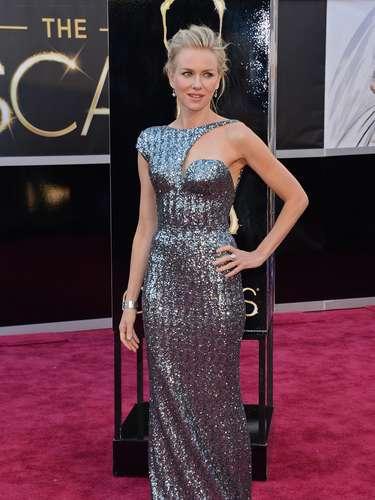 Naomi Watts - Naomi Watts usa um belíssimo vestido Armani Privé, próprio para a ocasião, com recorte no decote que confere charme, acompanhado pelo cabelo preso e delicados brincos. Um das melhores da noite.