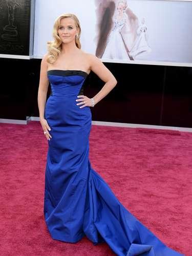 Reese Witherspoon - Reese Witherspoon escolheu um Louis Vuitton azul, de cauda e tomara que caia. Perceba como o detalhe preto na região do dorso afina a cintura e valoriza os quadris. O cabelo ondulado, à la diva dos anos 30, está perfeito, mas parece que faltou alguma coisa para a atriz brilhar mais no evento.