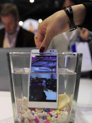 Celular à prova d'água da Huawei foi mergulhado mais de uma vez para provar sua resistência