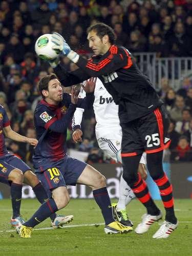 Diego Alves tira a bola do caminho de Lionel Messi