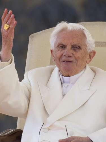 O Pontíficie percorreu a praça no papamóvel para ficar mais próximo de fiéis de todos os cantos do mundo, que o saudaram com canções e cartazes enquanto tremulavam bandeiras de vários países