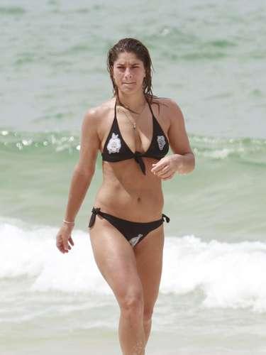 Fevereiro 2013 -Priscila Fantin aproveitou o dia de calor para se exercitar e aproveitar o mar da praia da Barra da Tijuca, no Rio de Janeiro. Usando um biquíni preto, a atriz mostrou a boa forma