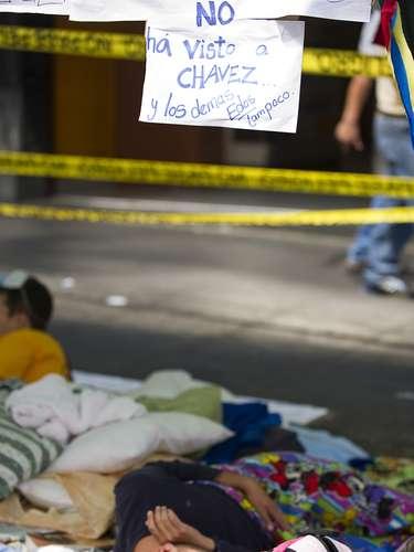 5 de março -Estudantes dormem em bloqueio organizado em avenida de Caracas como protesto para exigir a verdade sobre a saúde de Chávez