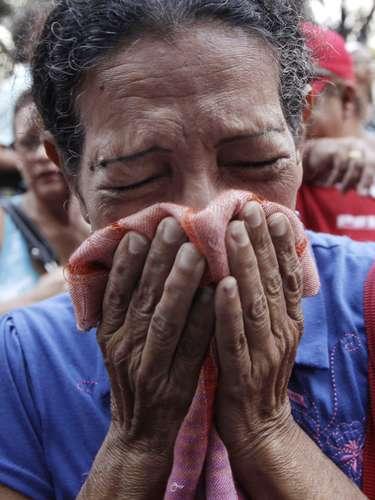 5 de março -Venezuelana chora em Caracasao receber a notícia da morte do presidente venezuelano, Hugo Chávez