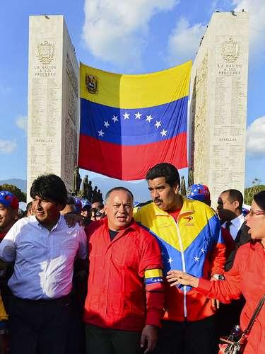 6 de março - O presidente boliviano Evio Morales, o presidente da Assembleia Nacional venezuelana, Diosdado Cabello, e o presidente interino da Venezuela, Nicolas Maduro, acompanham o cortejo em sua chegada à Academia Militar, onde o corpo de Chávez será velado até sexta-feira