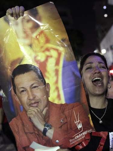 5 de março -Clima é de tristeza nas Praça Bolívar, em Caracas, onde venezuelanos carregam imagens de Hugo Chávez