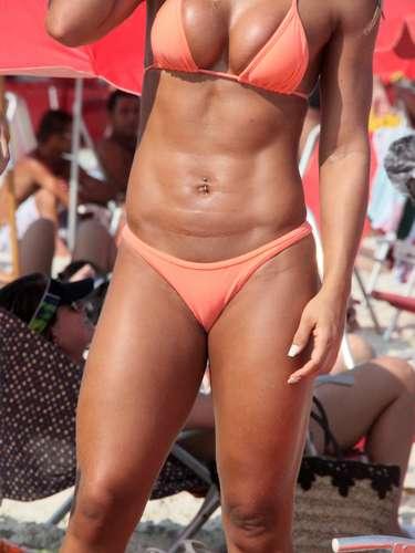 Março 2013 -A ex-BBB Mayra Cardi não resistiu ao sol do Rio de Janeiro e correu para a praia da Barra da Tijuca na tarde desse sábado (9)