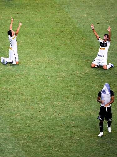 Botafoguenses comemoram título de joelhos, enquanto jogador vascaíno lamenta derrota