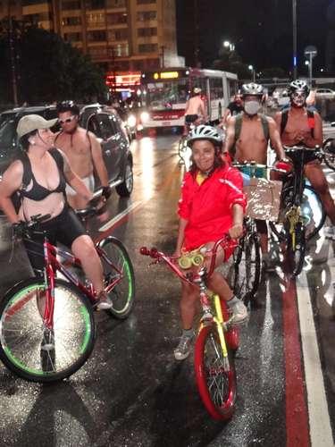 Nem todos os participantes pedalaram sem roupa; a nudez não era obrigatória