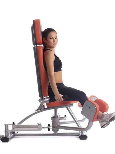 Cadeira abdutora: é o aparelho que trabalha as laterais das coxas, na altura dos culotes. São feitas três séries de 20 repetições